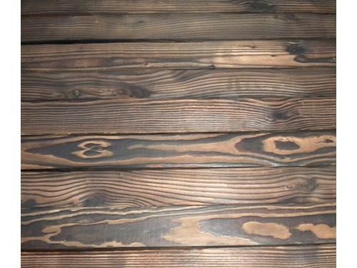 刻纹木: 炭化木是在不含任何化学剂条件下应用高温对木材进行同质炭化处理,使木材表面具有深棕色的美观效果,并拥有防腐及抗生物侵袭的作用,其含水率低、不易吸水、材质稳定、不变形、完全脱脂不溢脂、隔热性能好、施工简单、涂刷方便、无特殊气味,是理想的室内及桑拿浴室材料,成为卫浴装饰新的流行趋势;其防腐烂,抗虫蛀、抗变形开裂,耐高温性能也成为户外泳池景观的理想材料。
